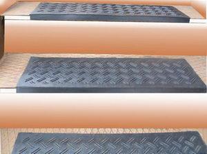 Противоскользящие резиновые коврики на ступени